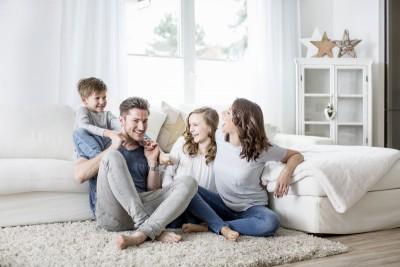 Jak urządzić salon przyjazny dla całej rodziny?